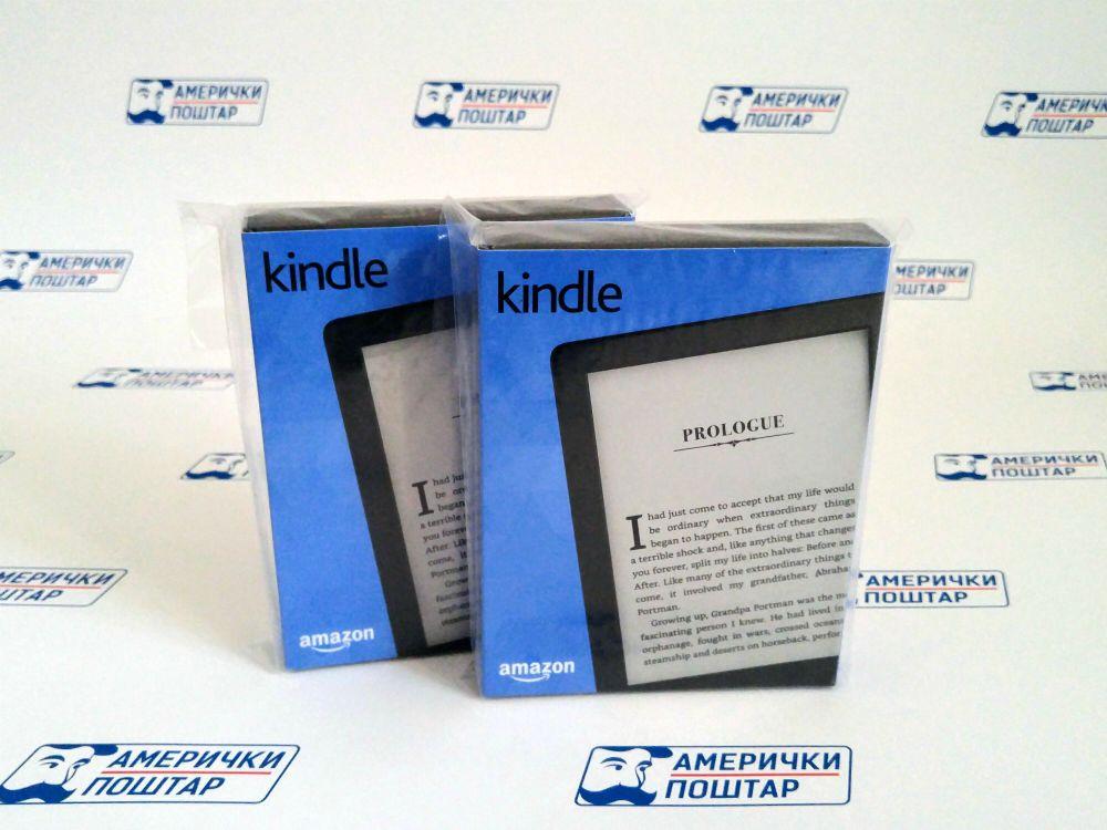 Plava kutija Kindle elektronskog čitača za knjige na Američki poštar pozadini