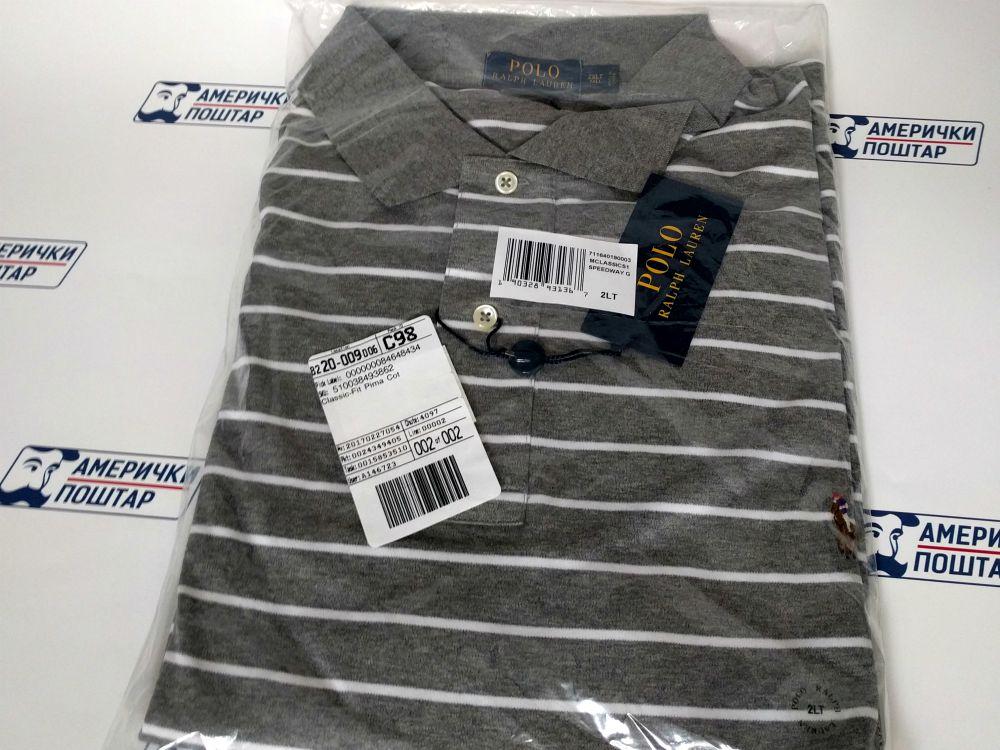 Ralph Lauren polo siva majica sa belim horizontalnim linijama na Američki poštar pozadini