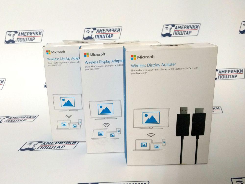 Tri bele kutije Microsoft USB-a na Američki poštar pozadini